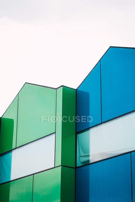 Maisons contemporaines bleues et vertes — Photo de stock