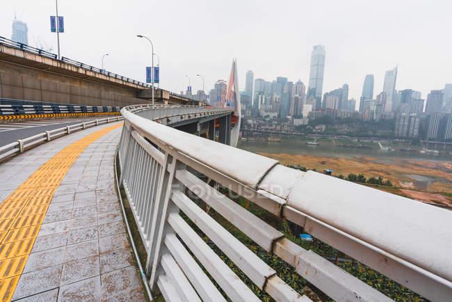 Longtemps pavée trottoir du pont rivière de traversée urbaine Chongqing, Chine — Photo de stock