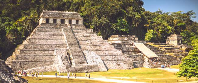 Майя піраміди і туристів у місті Паленке, Чьяпас, Мексика — стокове фото