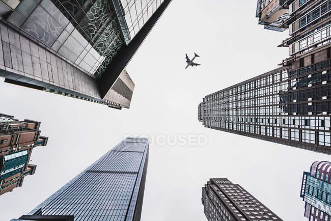 Rascacielos bajo cielo nebuloso y plano, Chongqing, China - foto de stock