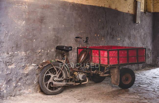 Altes Motorrad vor schäbiger grauer Wand auf der Straße — Stockfoto