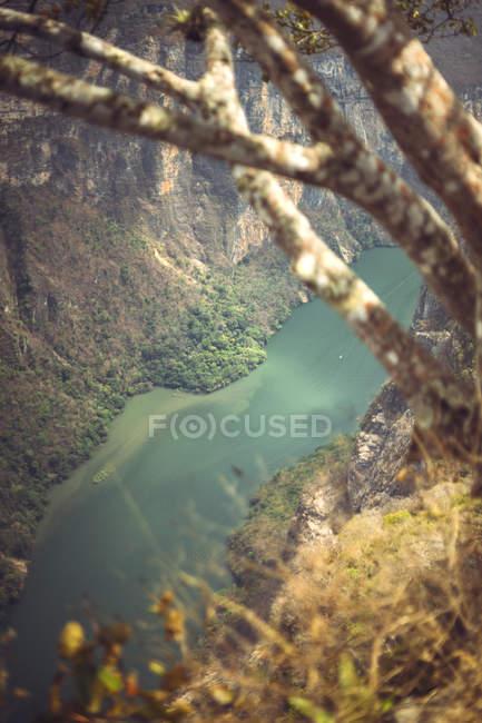 Stretto fiume che scorre nel Sumidero Canyon, Chiapas, Messico — Foto stock