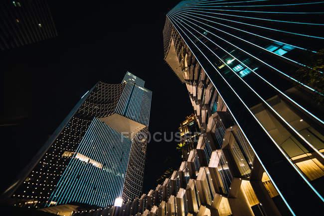 Сучасні хмарочоси зі скла стіни у вечір, Сінгапур — стокове фото