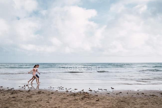 Підліток хлопчик і дівчинка прогулянки на пляжі влітку — стокове фото