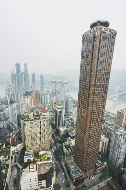Rascacielos en la infraestructura de la gran metrópolis industrial Chongqing en bruma, China - foto de stock