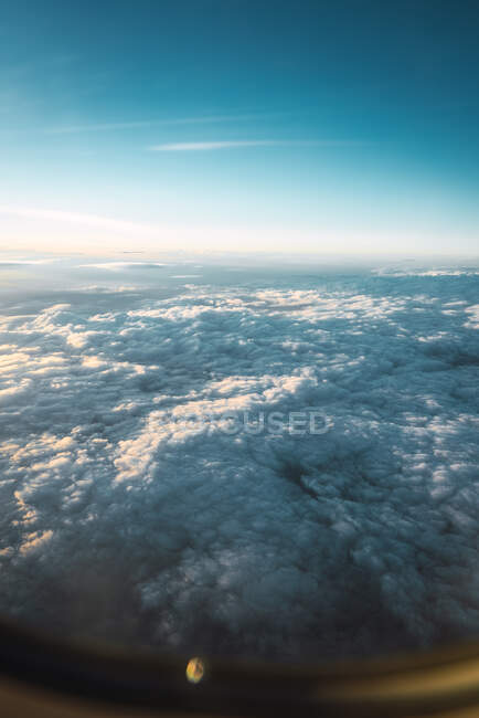 Vue des nuages blancs dans le ciel bleu d'en haut — Photo de stock