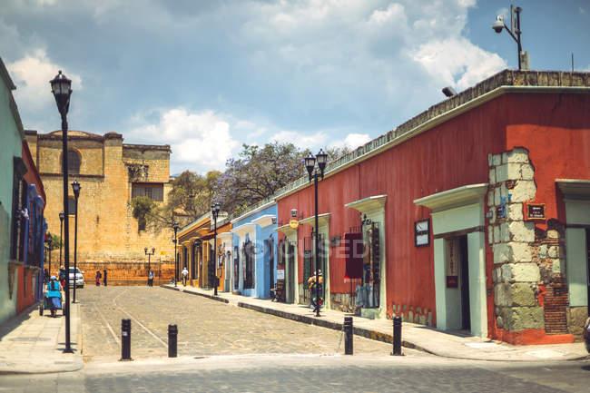 Колоритні будівлі на вулиці в регіоні Oaxaca, Мексика — стокове фото