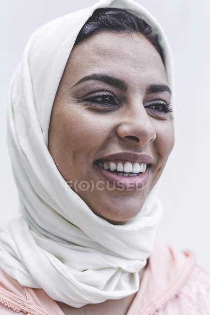 Porträt des lachenden Marokkanerin mit hijab — Stockfoto