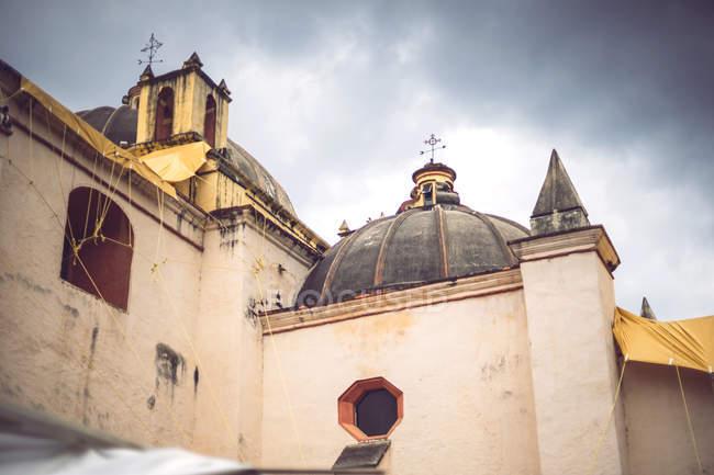 Фасад старі пошарпаний церкви в Сан-Крістобаль де-Лас-Касас, Чьяпас, Мексика — стокове фото