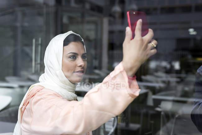 Elegante Marokkanerin mit Hijab und typische arabische Kleidung nehmen selfie — Stockfoto