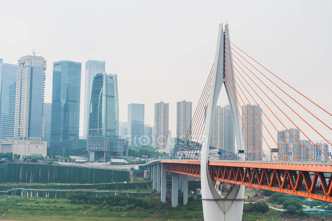Строительство современных мостов и городской пейзаж с небоскребов на фоне, Чунцин, Китай — стоковое фото
