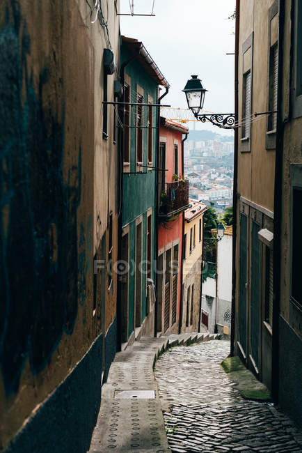 Small narrow street in old town, Porto, Portugal — Stock Photo