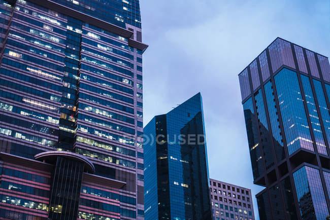 Illuminated modern Skyscrapers in evening, Singapore — Stock Photo