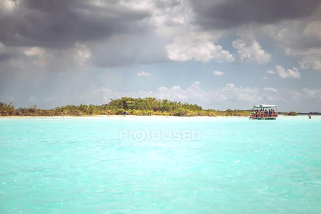 Великолепный Карибского моря и побережья с лодки на фоне, Мексика — стоковое фото