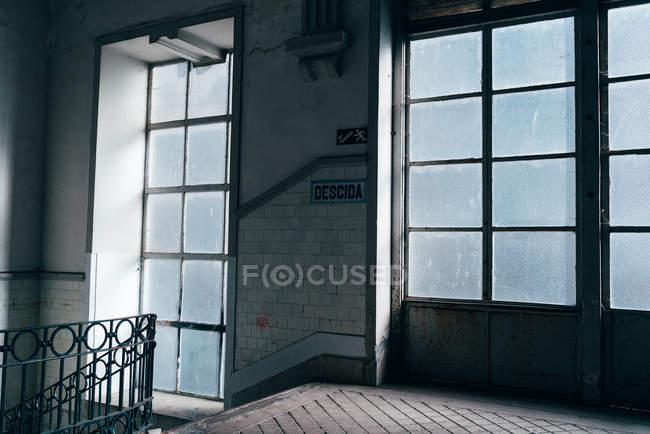 Hall de entrada com janelas sujas e escadas no edifício — Fotografia de Stock