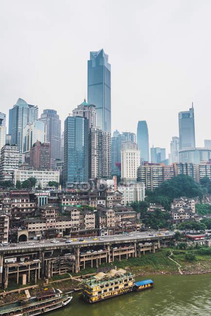 Старый район города Чунцин с современными стеклянными небоскребами на заднем плане, Китай — стоковое фото