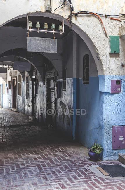 Traditionelle arabische Straße mit Bogen, Tanger, Marokko — Stockfoto