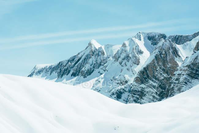 Bianche montagne rocciose innevate, Valle De Tena, Spagna — Foto stock