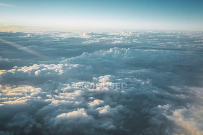 Blick auf weiße Wolken am blauen Himmel von oben — Stockfoto