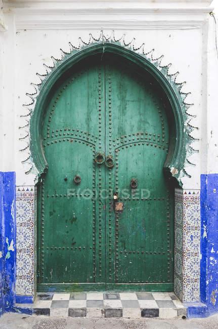 Typische arabische Eingangstüren mit Bogen, Marokko — Stockfoto