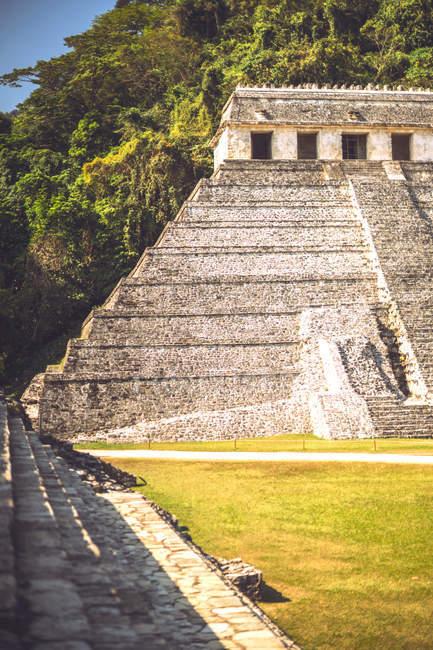 Екстер'єр майя піраміди в місті Паленке в Чьяпас, Мексика — стокове фото