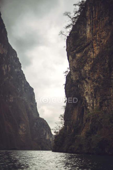 Спокойная река, текущая в каньоне Сумидеро, Чьяпас, Мексика — стоковое фото