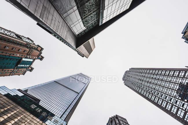 Grattacieli sotto il cielo nebbioso, Chongqing, Cina — Foto stock