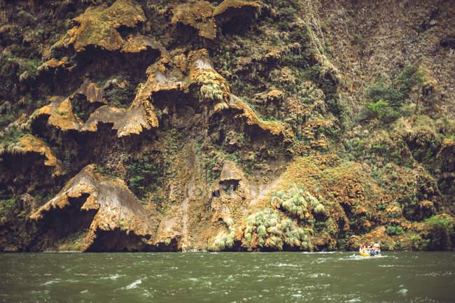 Rivière calme coulant dans le canyon de Sumidero avec bateau touristique en arrière-plan, Chiapas, Mexique — Photo de stock