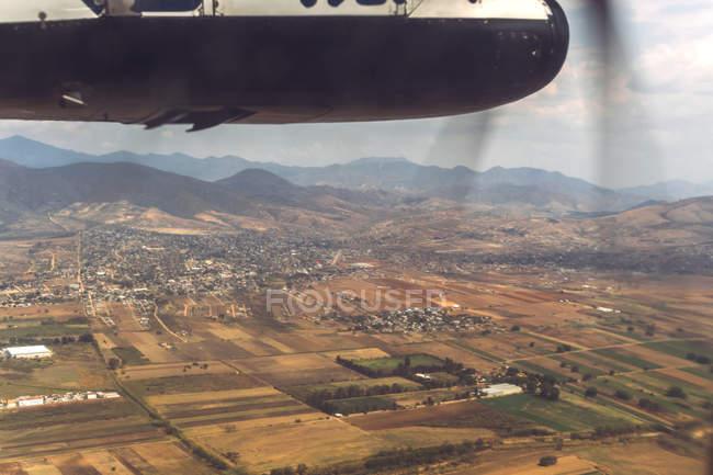 Nuvole e vista terra da aereo a vite — Foto stock