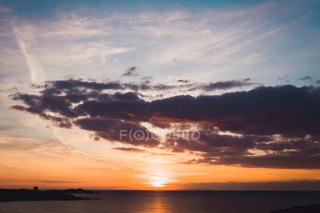 Seascape and cloudy dramatic sky at sunset — Stock Photo