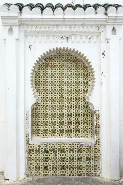 Деталь типовий арабський багато прикрашений будівлі, Марокко — стокове фото