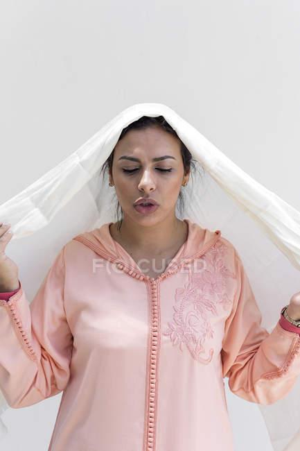 Портрет Марокканський жінці носити хіджаб на білому тлі — стокове фото