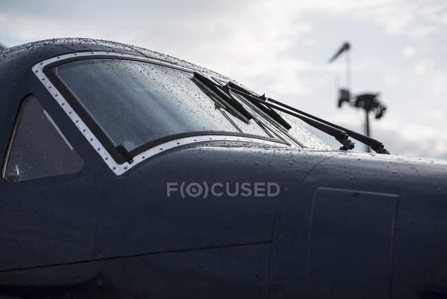 Carcaça preta de pequeno avião vintage no hangar — Fotografia de Stock