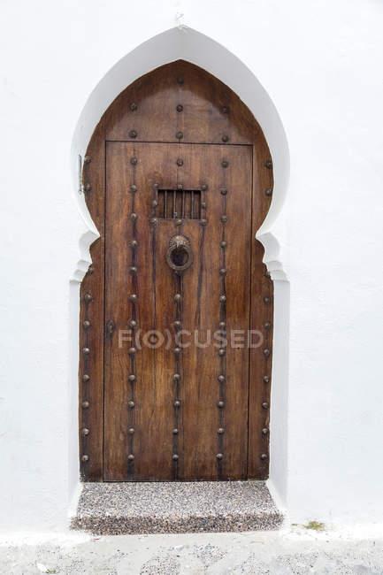 Typische arabische hölzerne Eingangstüren, Marokko — Stockfoto