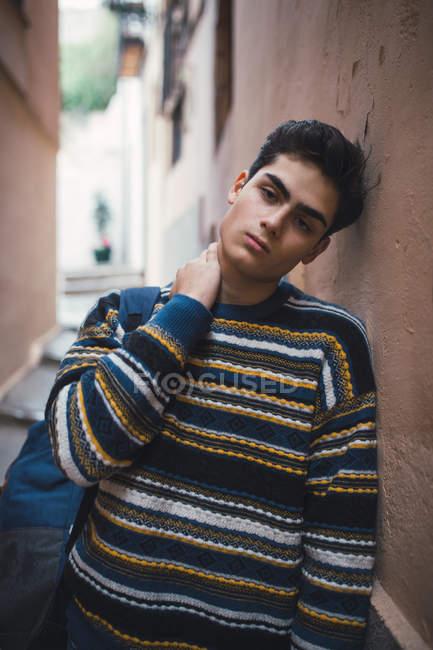 Молодий підліток задумливою у светр стоячи на міській вулиці — стокове фото
