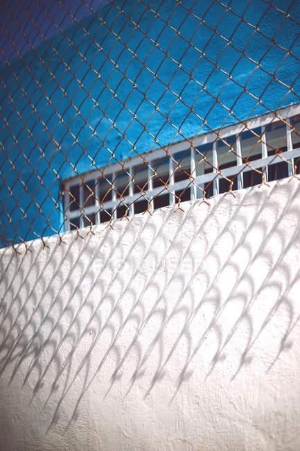 Сине-белый бетонный забор — стоковое фото