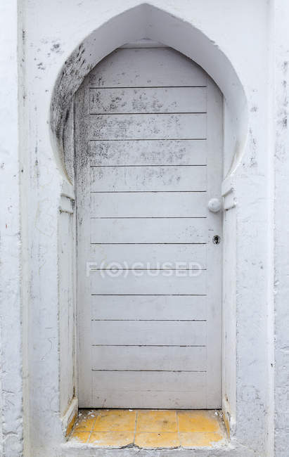 Typical arabic entrance white door, Morocco — Stock Photo