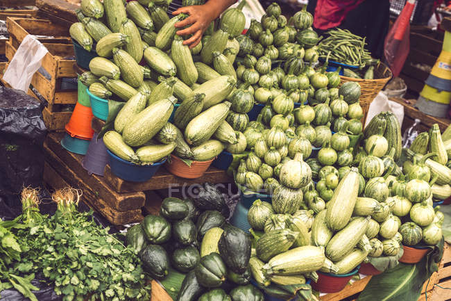 Овощи на мексиканском рынке фруктов на улице — стоковое фото