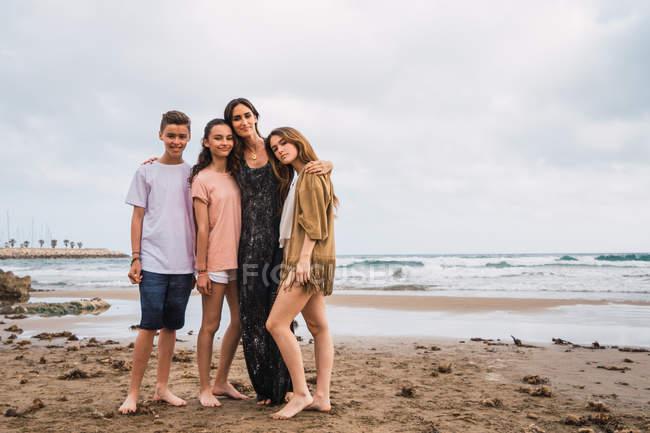 Retrato de mujeres y adolescentes de pie en la playa - foto de stock