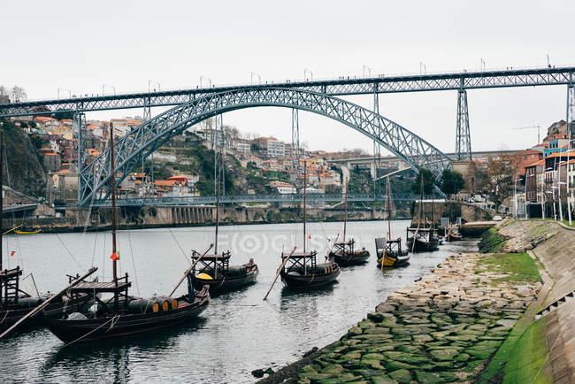 Fila di barche diverse sulla riva nel canale della città vecchia, Oporto, Portogallo — Foto stock