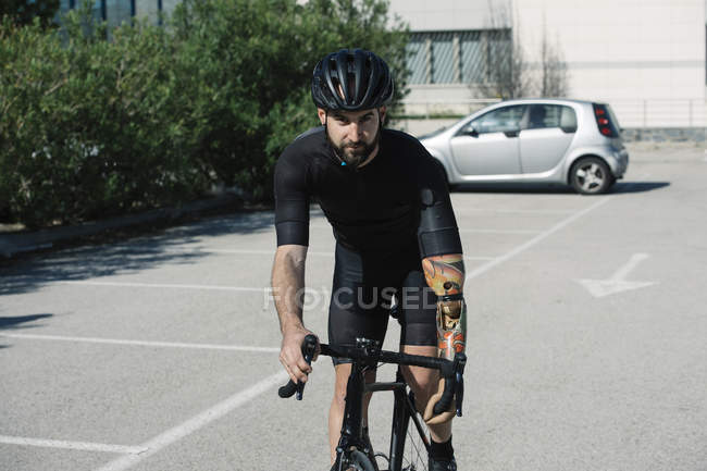 Handicapped man riding bike in city — Stock Photo