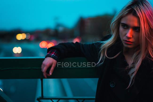 Задумчивая блондинка, смотрящая в темноте — стоковое фото