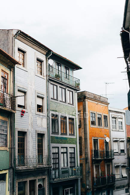 Historical old shabby buildings in old city, Porto, Portugal — Stock Photo