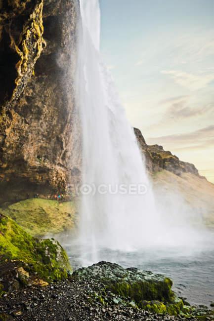 Водопад брызжет со скалы, Исландия — стоковое фото