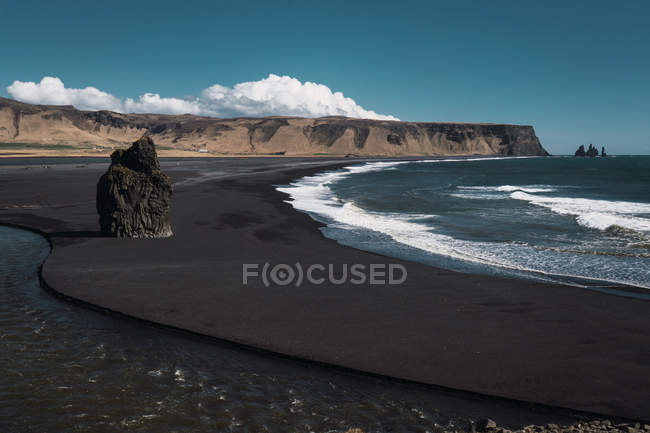 Rock formation on beach with black sand, Kirkjufjara, Iceland — Stock Photo