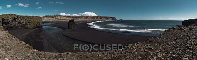 Скальное образование на пляж с черным песком, Kirkjufjara, Исландия — стоковое фото