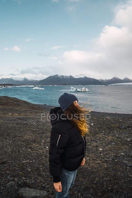 Weibliche Touristen auf kalten Seenlandschaft stehen und betrachten — Stockfoto