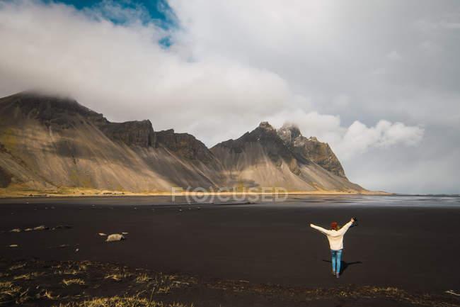 Donna in piedi nel freddo delle montagne e gode di vista, Islanda — Foto stock