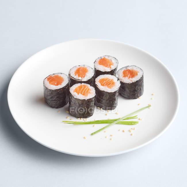 Set de sushi maki minimalista en placa - foto de stock