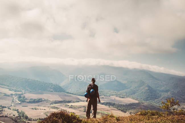 Turista guardando la vista dalla montagna — Foto stock